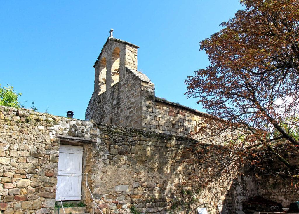 Vue de l'église depuis la cour du château